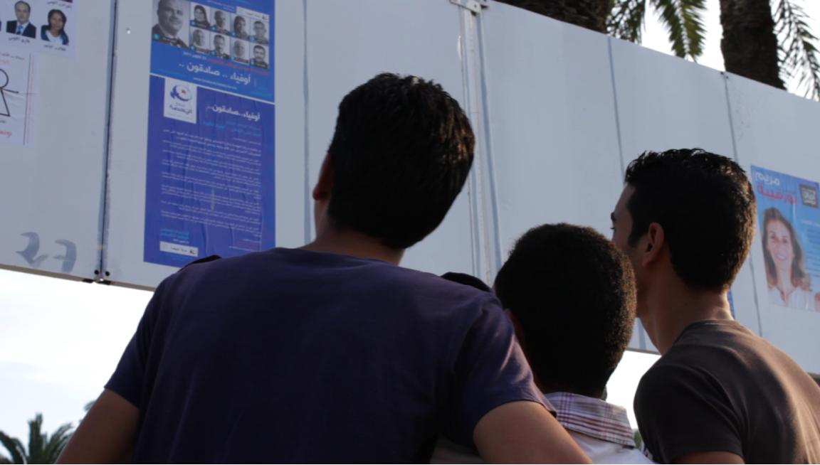 3 octobre à Monastir : Des jeunes regardent le programme d'Ennahdha qui vient d'être affiché.