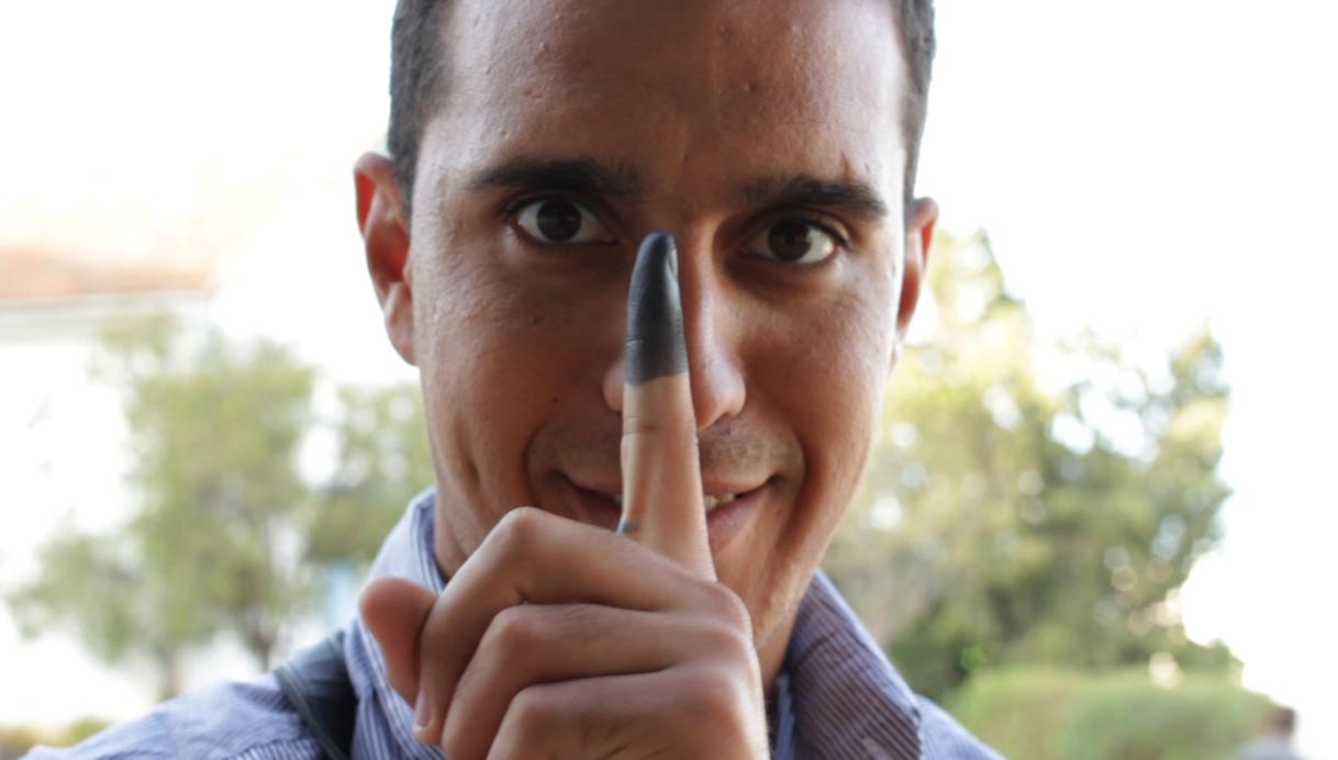 Un Tunisien le doigt teinté de l'encre qui prouve qu'il a déjà voté
